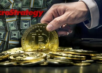 Fondo de billetes con bitcoins tomadas por una mano y logo de Microstrategy.