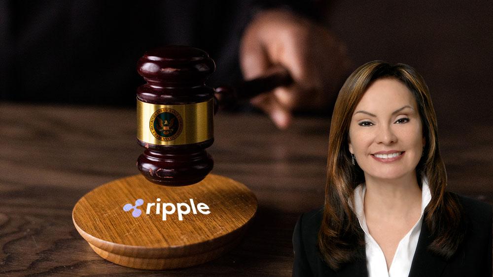 Mesa con maso de juz del SEC sobre logo de Ripple y Rosa Gumataotao Ríos
