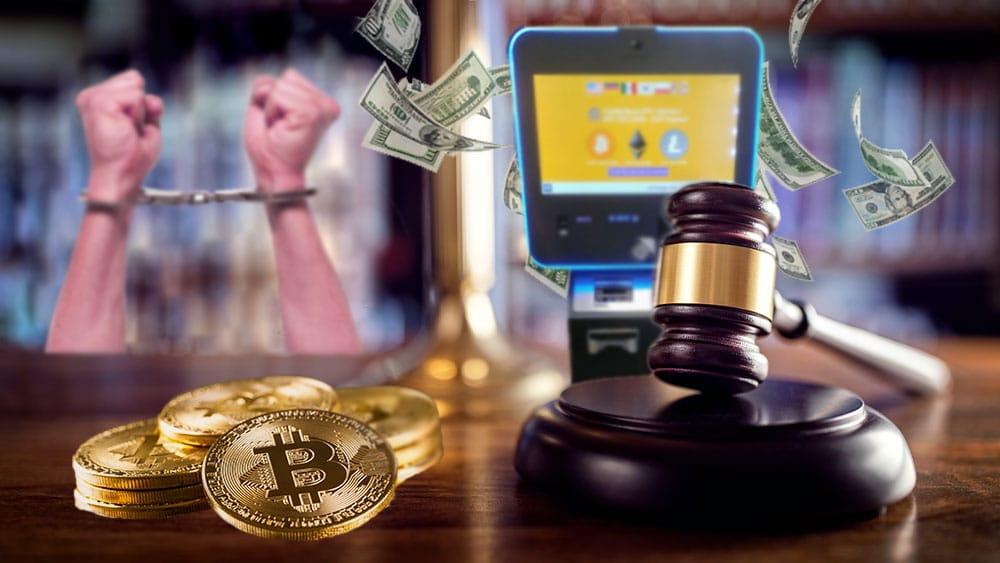 Mesa de juez con bitcoins, ATM Bitcoin y manos presas.