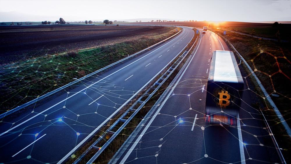 Autopista libre con bitcoin y redes tecnológicas.