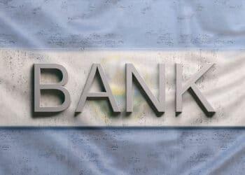 Letreto de BANK y bandera de El Salvador.