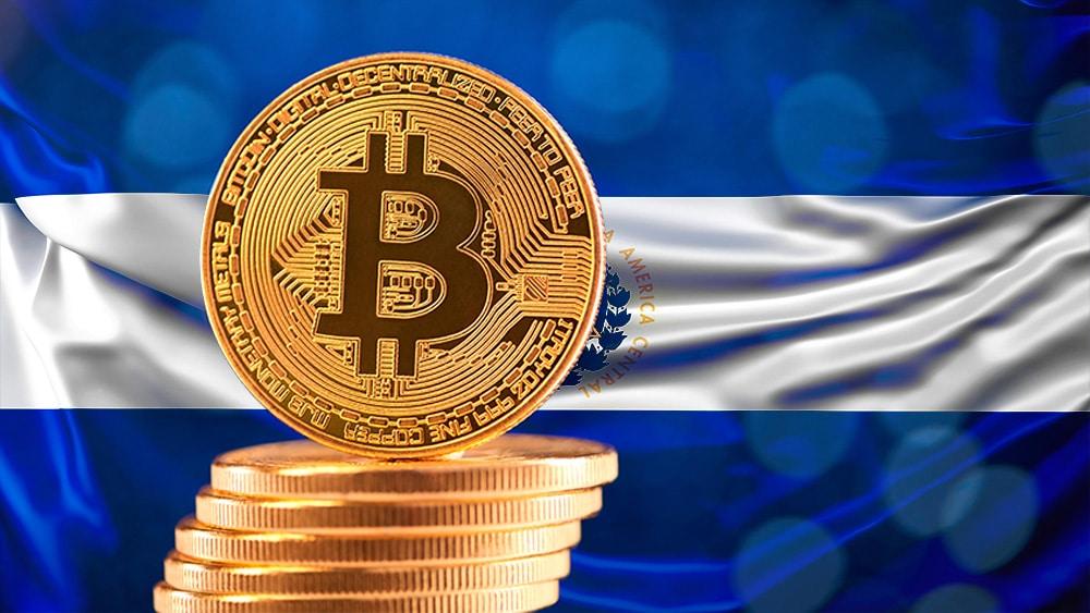 El Salvador bandera y bitcoin.