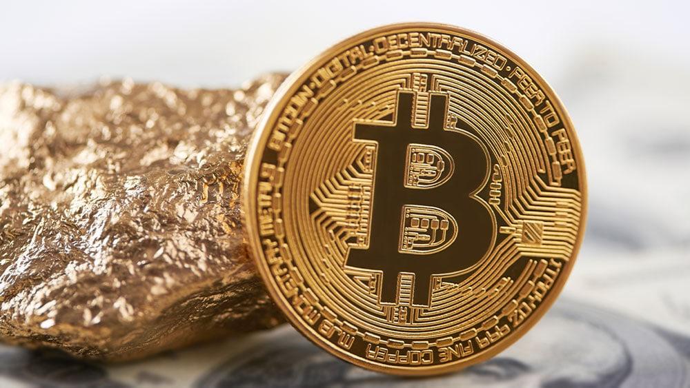 Bitcoin al lado de un trozo de oro.