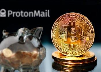 Bitcoins y alcancía de ahorro con logo de Proton Mail.