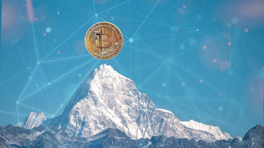 Bitcoin en la cima de una montaña nevada con retículas en el cielo azul.