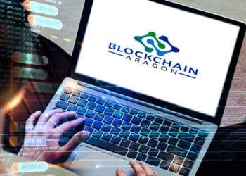 Persona con laptop, pantalla con logo de blockchain aragon y códigos en el ambiente,