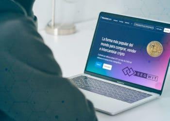 Persona revisando blockchain.com en laptop.