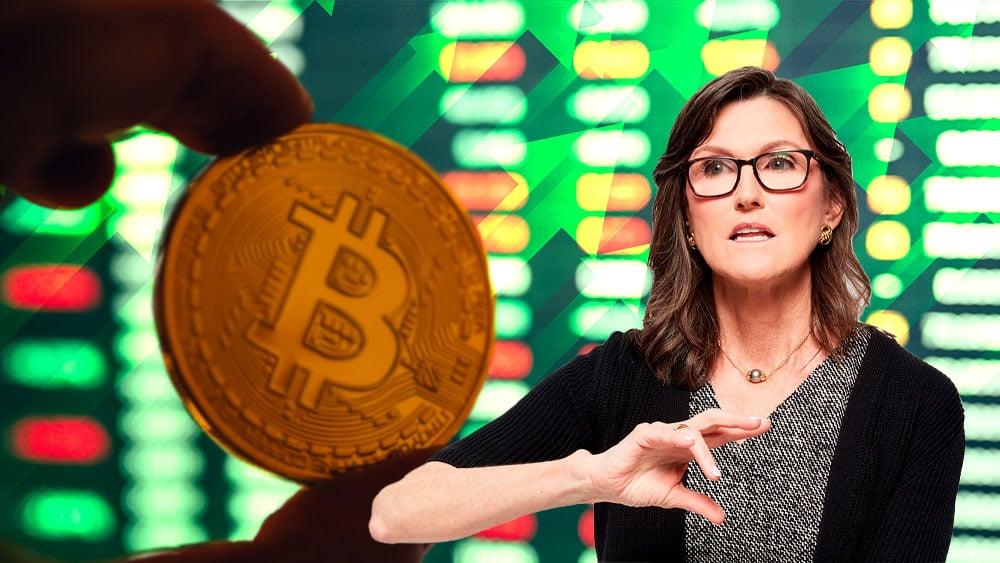 Bitcoin con flecha en alza y Cathie Wood.