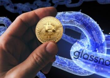 Chain de Glassnode y mano con bitcoin.