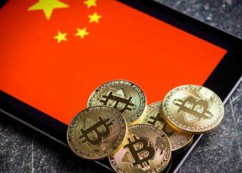 Bitcoins y bandera de China.