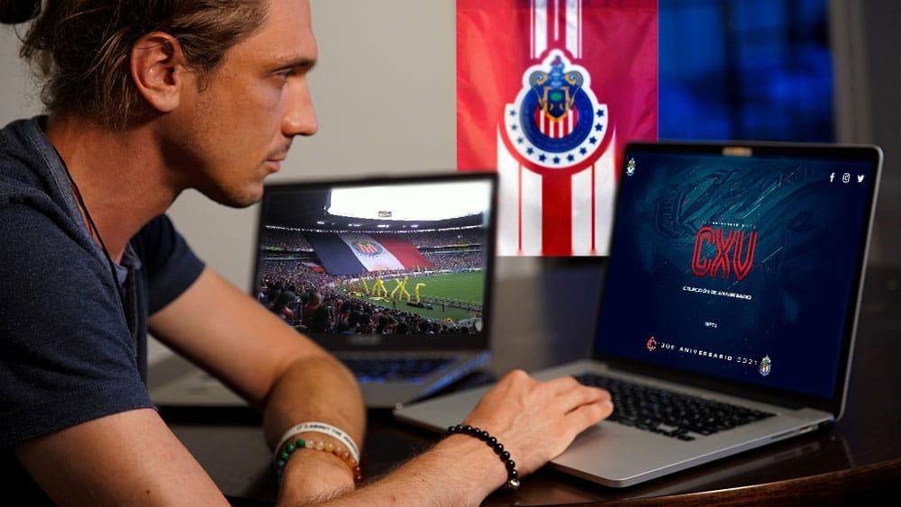 Persona comprando NFT de Chivas mientras ve un partido.