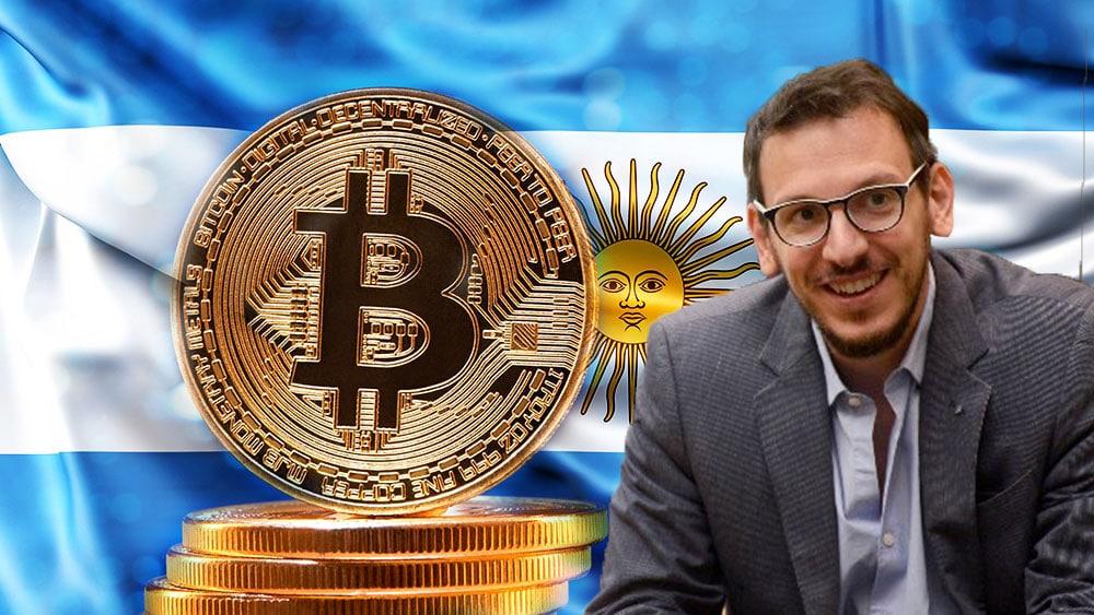 Cuattromo con bandera de Argentina y bitcoin.