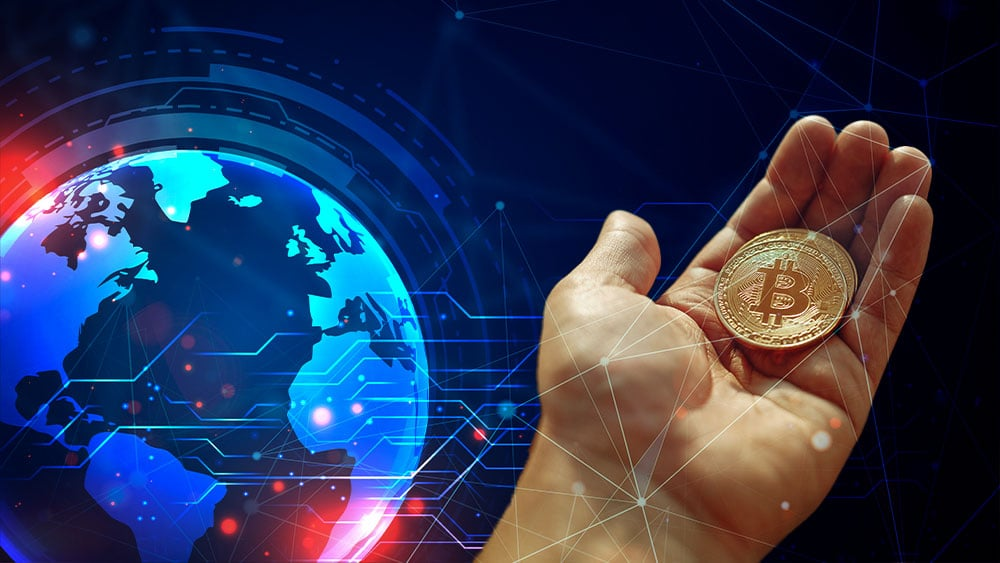 Mapa mundi y mano sosteniendo bitcoin.