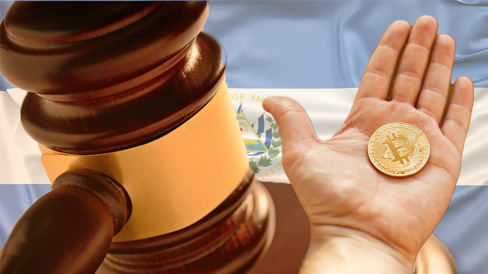 Mazo de juez con bandera de El Salvador y bitcoin.