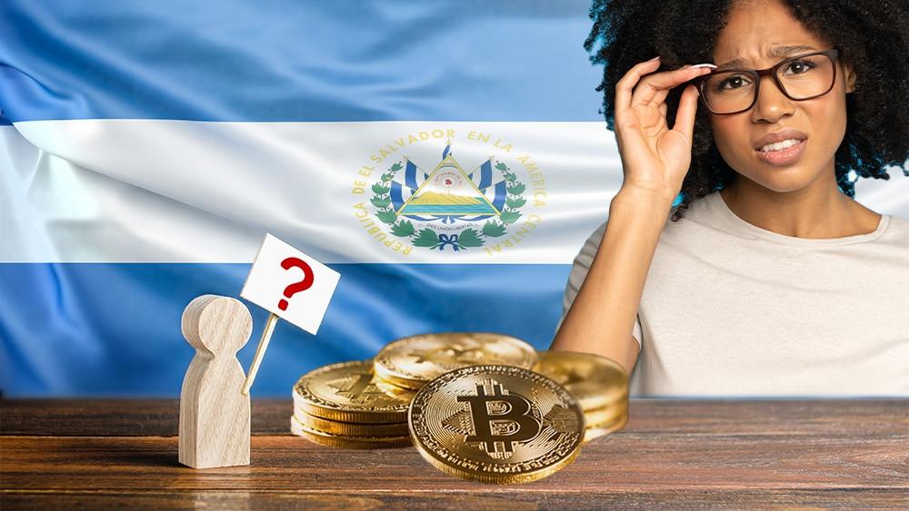Personas cuestionando bitcoin en El Salvador.