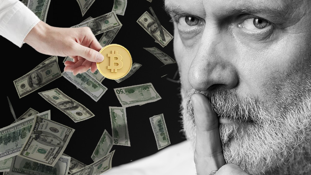 Hombre pidiendo silencio con lluvia de dólares al fondo y mano sosteniendo bitcoin.