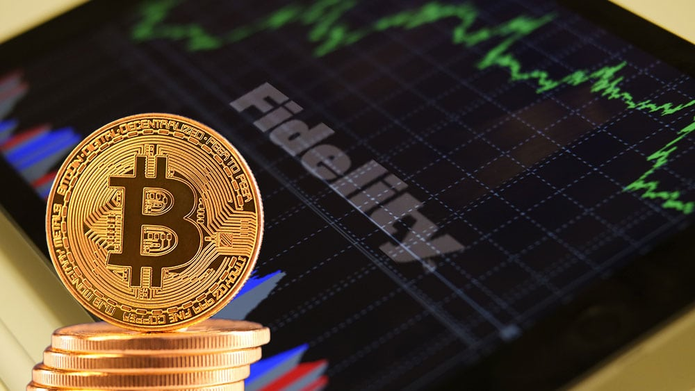 Tablet con logo de Fidelity y bitcoins.