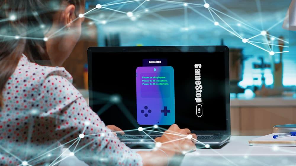 Persona ingresando viendo gamestopNFT en pantalla de computadora.