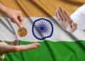 Bandera de la India y un par de manos intercambiando bitcoins, otra negándolo.