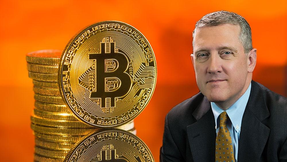 James Bullard y pila de bitcoins.
