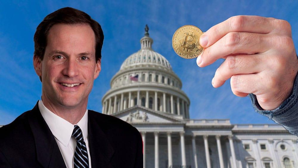 Jim Himes frente al Congreso de Estados Unidos y mano sosteniendo una bitcoin.