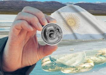 Mina de litio con reflejo de tokens y mano sosteniendo Atomico3.