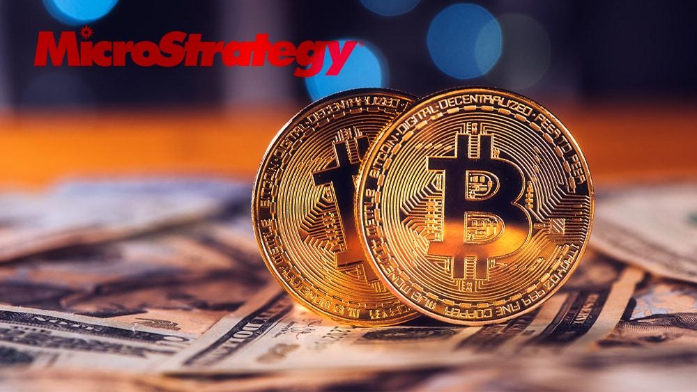 Bitcoin, dólares y logo de Microstrategy.