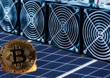 Bitcoin y minero sobre panel solar.