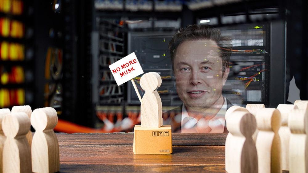 Grupo clama No More Musk en granja minero con Elon Musk desvaneciéndose al fondo.