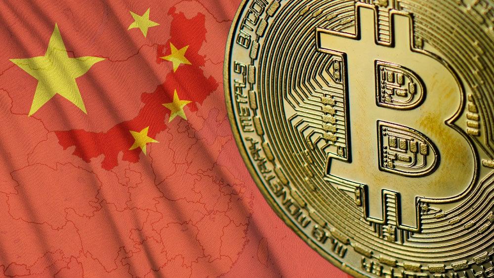 Bitcoin sobre bandera de China y mapa de Mongolia Interior.