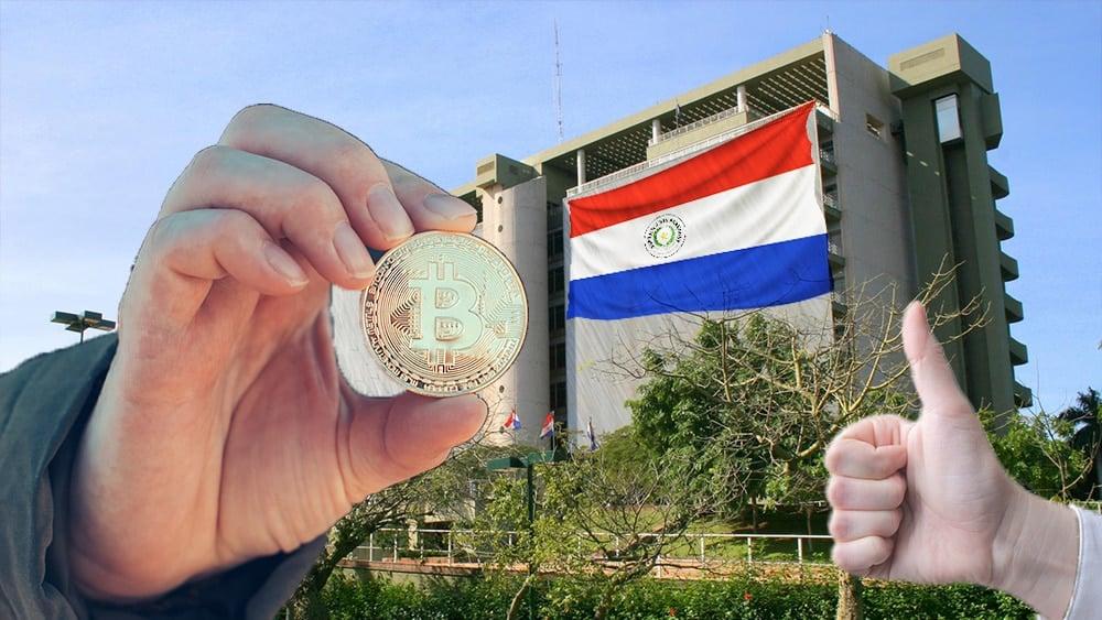 Banco Central de Paraguay con bandera de Paraguay, mano con pulgar arriba y bitcoin.