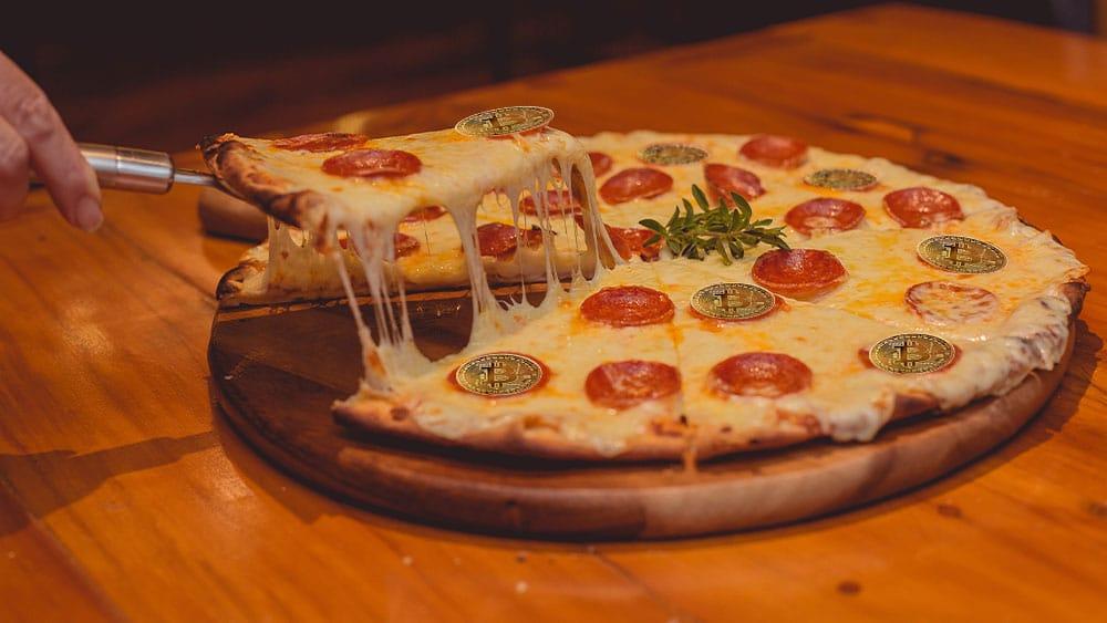 Pizza con bitcoins sobre pepperoni.