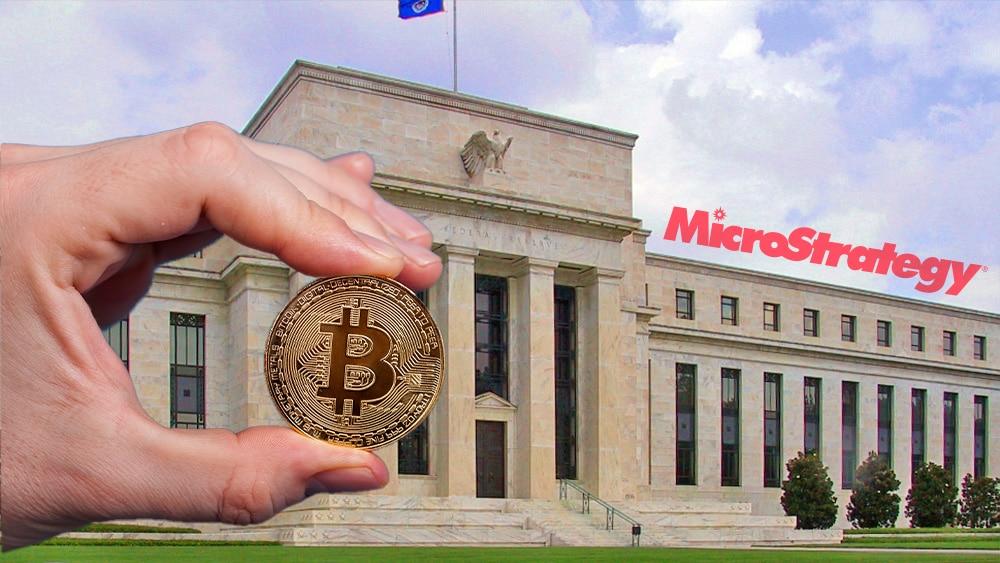 Reserva Federal y ogo de Microstratregy y mano sosteniendo bitcoin.