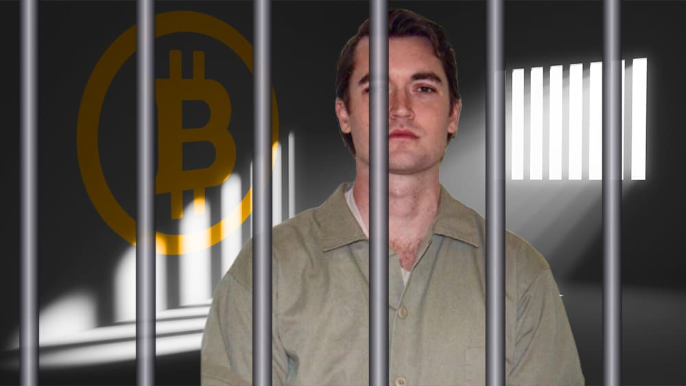 Ross Ulbricht encarcelado con logo de bitcoin en la pared.