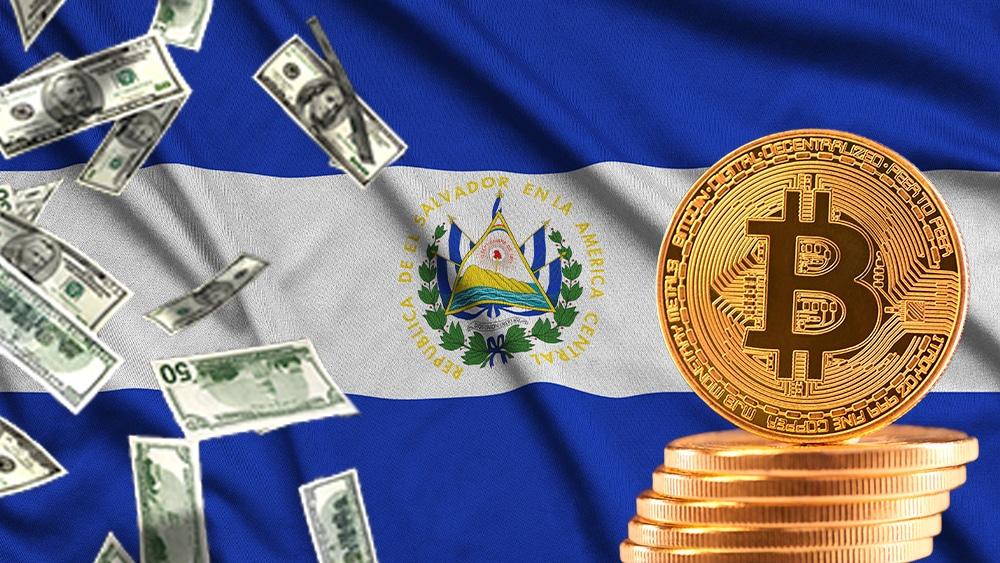 Bandera de El Salvador con bitcoin y dólares.