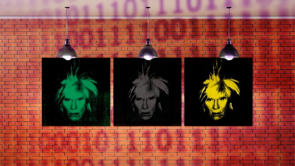 Tres autorretratos de Warhol con fondo de códigos.