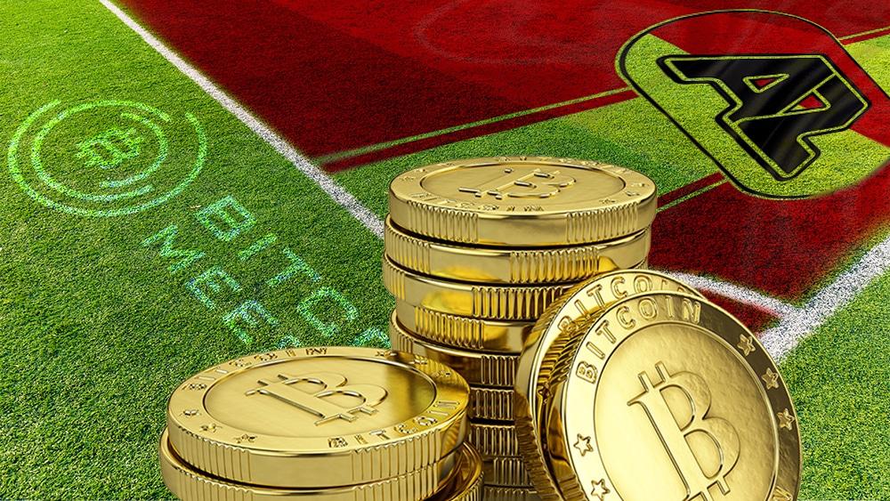 Campo de fútbol con BTC y logo de AZ y Bitcoin Meester.