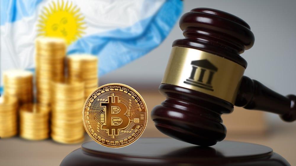 Maso de juez con ícono de banco, criptomonedas y btc con bandera de Argentina de fondo.