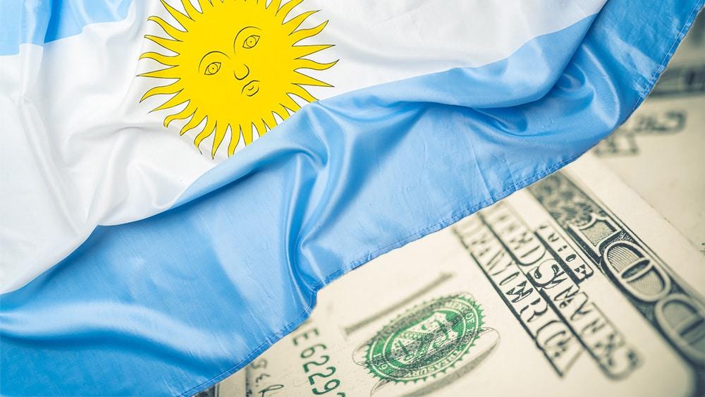 Dólares y bandera de Argentina.