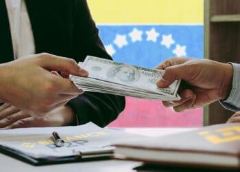 Intercambio de dólares con bandera de Venezuela al fondo y logos de Binance P2P.