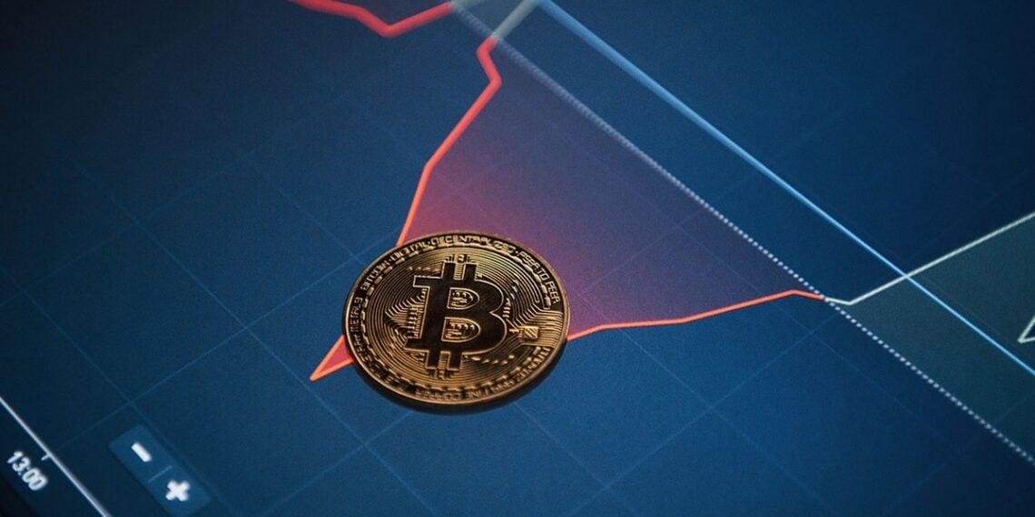 Moneda bitcoin sobre gráfico de variación de precio