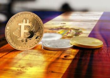 El presidente Nayib Bukele planea hacer de bitcoin moneda de curso legal en El Salvador. Composición por CriptoNoticias. LightFieldStudios / elements.envato.com; Simon / unsplash.com; twenty20photos / elements.envato.com.