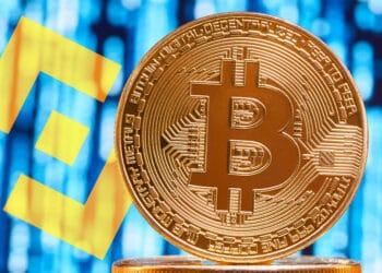 Bitcoin con fondo de códigos y logo de Binance.