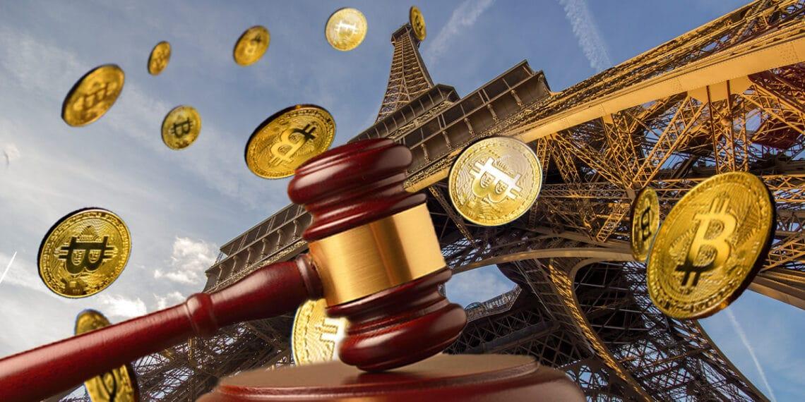 Torre Eiffel, con mazo de juez y bitcoins.