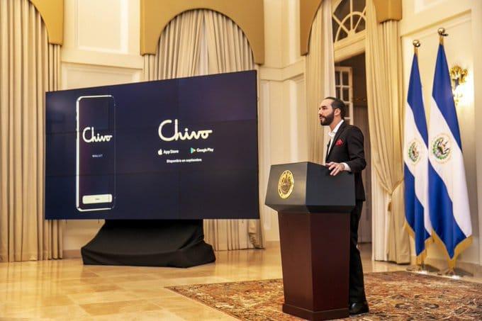 Nayib Bukele presentando el monedero de Bitcoin de El Salvador, llamado Chivo.