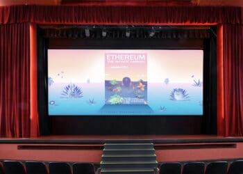 Sala de cine y en pantalla poster de El jardín infinito.