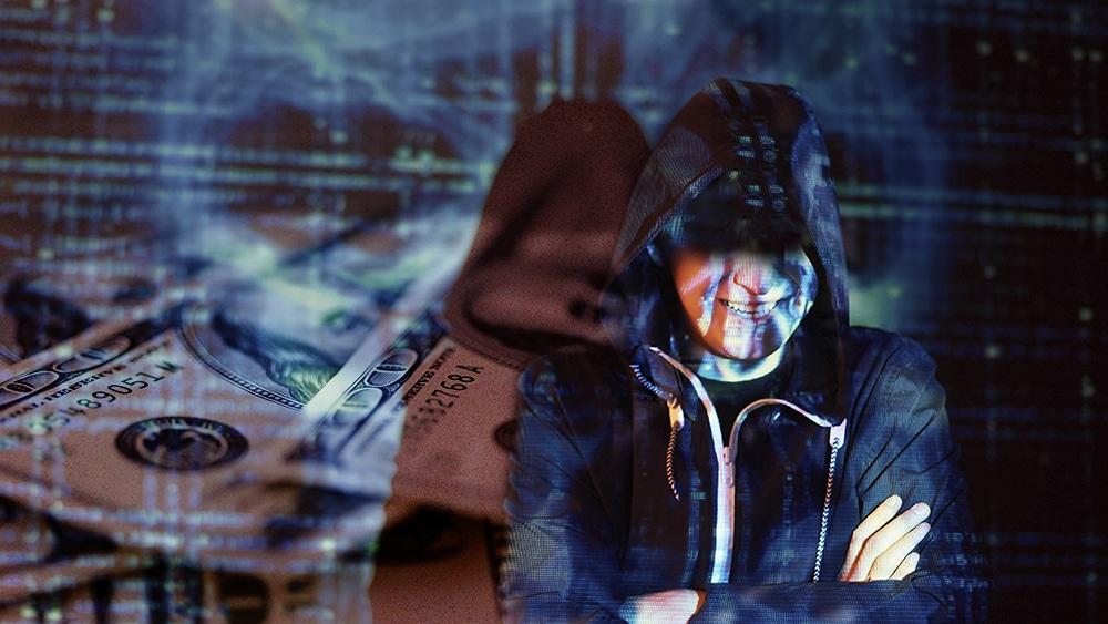 Hacker con dólares y fondo tecnológico.