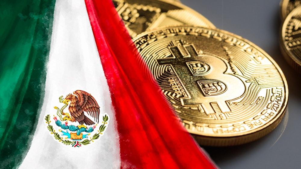 Bandera de México y bitcoins.