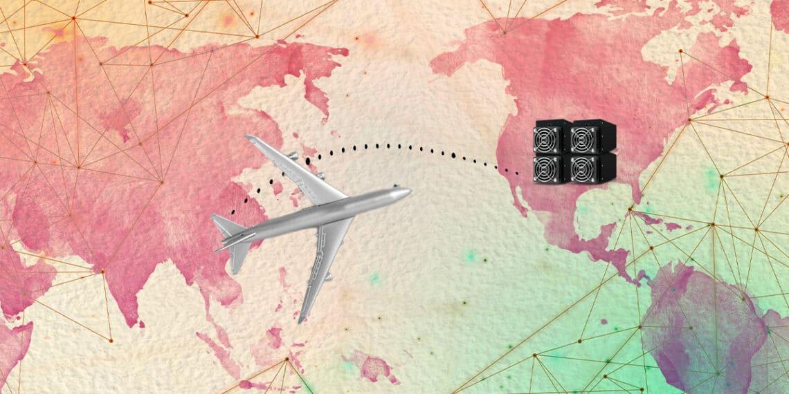 Avión sobre mapa mundi con ruta de China a USA y mineros.