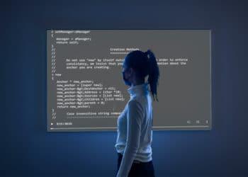Persona mirando pantalla con código NFT.